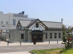 三津浜駅から1キロ15分ほどにある伊予鉄道・三津駅。 新しい駅舎ですが、木造で作られており、趣のある駅舎でした。