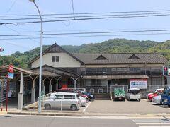 終点の高浜駅。 この駅舎は昭和の初めにつくられたもので風情のある駅舎です。