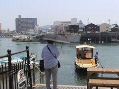 再度伊予鉄道で戻り、港山駅で下車。 この駅から200mのところに、日本でも珍しい渡し舟があります。 道路の1部とのことで、無料です。 5分くらいの短い渡し舟ですが、おばあさんが待っていました。  この渡し舟に乗って三津浜港に渡り、再度先ほどの三津駅から松山市内へ向かいます。