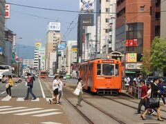 松山市駅から伊予鉄道の路面電車に乗り換え。 「大街道」という停留所で下車します。