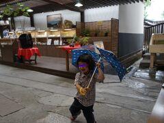 「甘酒もあるんだね」と言うと何故か「あまざけ!あまざけ!」といいながら傘をさしながら踊りだすともちゃん、あまざけが何かわかっていないんですけどね(笑) ・・・!!!今、気が付いたのですがあまざけのあまを雨だと思ったのか(笑)