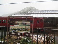 一勝地駅。吉松へ向かういさぶろう1号と行き違い。