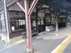 歴史を感じさせる坂本駅。1908年開業当時の木造駅舎だそうです。 通過でしたがうまく写真が撮れました。