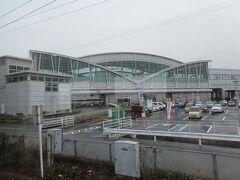 八代駅から鹿児島本線に入り球磨川ともお別れ。 八代の次の新八代駅は新幹線接続の近代的な駅。この駅で多くの人が降りて乗り換えていきました。