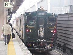 人吉からおよそ1時間半で終点の熊本駅に着きました。 こちらは先頭2号車の「やませみ」の車両です。まさか九州で雪の着いた列車を見ることになるとは思ってもいませんでした。