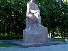 大学の裏には巨大な公園。 その中にあった銅像はラトヴィア人の詩人Rainis像。