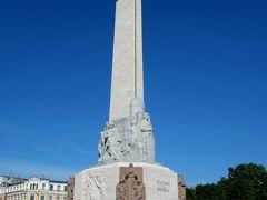 歩いていたら高いオベリスクの様なものが見えたので 近づいてみると自由記念碑。  1935年、ラトヴィアの最初の独立を記念して 建てられた高さ51mの記念碑だとか。
