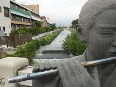 いさわ橋、周辺に旅館が数軒並ぶ。 石和温泉は温泉旅館が分散しており、まとまっているのが駅から離れた川中島という、用水路沿いの所。