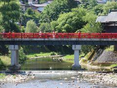 中橋という赤い橋でした。 城下町を築いた金森長近は、ここを京都に見立てて町造りを行ないました。 中心を流れる宮川は京都の鴨川に見立てたそうです。