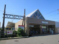 駅の外観です。近くには横浜市青葉区と東京都町田市にまたがるこどもの国があります。