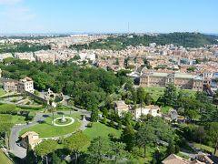 クーポラの展望台からの眺め(バチカン庭園側)  バチカン庭園は国土の約3分の1を占め、イタリア式庭園やバラ園などがあるそうです。
