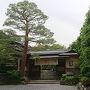 20180527 そうだ京都へ行こう。   少し前に大阪のle Midiへお邪魔したら、Nさんが移動になっていると知りました。えええええええええ。と思いつつも、移動先を確認したら京都の高台寺とのこと。それならいっちゃおうぜ!と帰り道に予約。そしてお邪魔する当日となったわけです。  朝10時におむかえにきてもらってそのまま移動です。 ホテルはウエスティンの朝食付きのプランを予約。ここの良いところは1000円の駐車代金で一泊停められるということ。ちなみに何度も出し入れすること可能です。してませんけどw 駐車場へ車を停め、荷物を預けてタクシーで高台寺付近へ。13時の予約なので、それまで1時間程。ふらふらと周囲を散策しようと歩いていたのですけど、なにやらレストランから離れている予感wすると見知らぬおじいさんが声をかけてくれました。 今居る場所と、目的地から離れていること。そのまま二年坂に向かうからと一緒に歩いてくれますw そこからオススメのポイントやらを話してくれていたんですけど、曰く「最近は昔からの店がなくなっている。あのあたりも、東京が買い取ったからなぁ」と心の声ダダ漏れのお話にただただ頷くばかり。 ごめんwその東京が買い取ったお店へ今から行く予感しかないわけです。  おじいさんとお別れしてから、暫くうろうろしてお店へ。お店の前でスタッフさんが待ってくれていて、そのまま案内となります。 「すぐ来ていただけてもよかったんですよー」 「ありがとうございます…いや実は迷子になってましてねストレートに」などとお話しながら。  こちら、ひらまつです。 和食とフレンチの展開となっています。もともとは老舗料亭のお店を買い取り、(老舗のお店は祇園で新たにお店を構えているとのこと)もともとの建物を生かしながらのお店となっています。  門構えはそのままとのことでした。重厚な雰囲気!