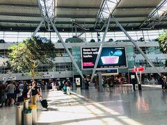 デュッセルドルフ国際空港。  空港から中央駅までの移動、わかりにくい。  空港内のモノレールも有料。モノレールの駅で市内までのチケットを購入し、要打刻。このときは2.8ユーロ。  ドイツ鉄道は打刻がないことが多いけど、市内交通系は要打刻の場合が多いから、ややこしい。
