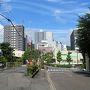 【2018年6月24日】  ホテルをチェックアウトして大津駅へ向かいます。昨日とは対照的に良い天気です。  昨晩はホテルに戻った時には日付が変わっていました。それでもホテルでワールドカップの試合を観戦していてやや睡眠不足です。写真は滋賀県庁の近くです。
