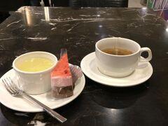 ホテルに戻りました。ホテルではお茶やケーキなどがいつでも食べられます。ちょっと一休み。