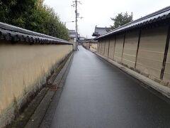 法隆寺の隣にある中宮寺前から土壁の道を一人で歩きます。  奈良交通の定期観光バス「斑鳩ゆうゆうバスライン」のコースは中宮寺の前で解散となります。このまま西の京へ向かうコースとの混乗で他のお客さんともお別れとなりました。