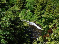 岩場の展望台から下を見下ろす。 平滑ノ滝かな。 川の向こうは新潟県。