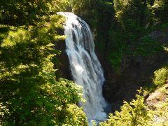 これが三条の滝。 幅が30m、落差100mだったかな。 滝の向こうは新潟県(ここでも新潟県を強調する)   https://www.youtube.com/watch?v=cnqqEtlXhaE 高所恐怖症の私にはちょっと怖かった。