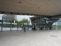 ロッテルダムセントラル駅へ到着。 ここからいよいよタリスへ乗車です。  出発時刻は10:58 実はロッテルダムへは9時前に到着。 早すぎ! でもこれには深い理由が(笑) フランス国内が長期ストライキ中の情報がありました。 国際列車タリスにも若干の影響が。 キャンセルの連絡はないものの・・心配。 というわけでとにかく早めに移動するに越したことはないよね。  一応オンタイムということで一安心。