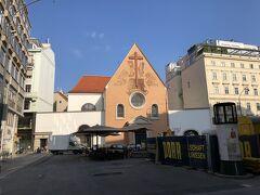 宿泊しているホテルヨーロッパの前のカプツィーナー教会。 ハプスブルグ家の葬儀は、心臓と、その他の内臓と、遺体に分けて葬られる。 遺体が納められるのがこの教会。 正面右手の入り口から地下の納骨所に入ることができる。