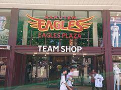 入口入ってすぐのところにあるのが楽天イーグルスのオフィシャルショップ! スケールがデカい!!