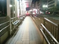 広島駅に取り残され、新幹線の改札で呆然としてました😨 その間にも新幹線側改札は多くの人で混乱( ゜o゜)(*_*; テレビ局のカメラマンや記者が取材してました📹  もっと真剣に話聞いとくべきだったと反省しつつも、今日の宿が大事😓 マン喫でも良いからと探してたら、運よくカプセルの空きを発見😰 自分の後にも帰れなかったサラリーマンがたくさん来ました