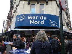 グランプラスからもさほどかからず到着。 「メールデュノール」 お魚屋さんがやっているお魚バー。 立ち食いの気取らないお店です。  ヨーロッパの街角のこんなお店でランチって好き♪