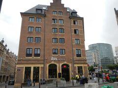石畳の道を歩く距離を最小限に出来ます。 ブリュッセル1泊のホテルは「イビスブリュッセルオフグランプラス」 中央駅・グランプラスも至近距離。 アゴラ広場に面する立地が良いホテルでした。 ホテルの詳細は別記事で。