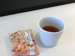 6月21日、木曜日。羽田空港から伊丹空港へ向かいます。 今回は、行きはANA、帰りはJALです。 久しぶりのANAラウンジ、ティーバッグのお茶のラインナップが増えていました。 ルイボスティーもあって嬉しい。