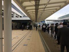 9:10、伊丹空港に到着。伊丹空港は半年ぶり。4月にリニューアルしてからは初めての利用だったので、キョロキョロしてしまいました。 以前はJAL側とANA側で2つあったバス乗り場、リニューアル後は一つになっていました。空港からは、バスで大阪駅まで向かいました。
