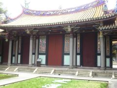 おなかも落ち着いたので、散歩がてら、 台北孔子廟に来ました。こちらは櫺星門。 このトビラには、108個の門釘が打たれていて、 星座を表してるとか、、、