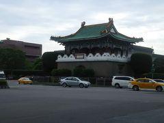 台北の中心部は、台北城と城壁があったようです。 いまでは、いくつかの城門が残っているだけです。 自転車なので、各城門を回ってみます。 こちらは東門。総統府の東の正面にあります。