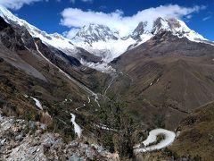 ペルーのワラスで憧れの世界一美しいと評判の峠へ 車で登った時、登ってきた九十九折の悪路を振り返って撮影。計画ではこの峠にバスで登り、帰りは下の湖まで歩いて下るつもりでしたが、無謀な計画だとわかりました。