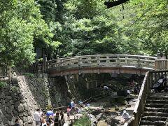 王子神社の丘のふもとの音無川親水公園。 水遊びの家族連れで賑わっていた。