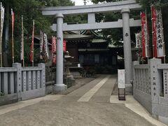 丘の中腹に建つ王子稲荷神社。