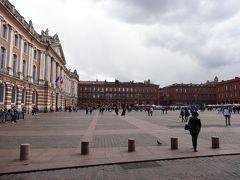 広いキャピトル広場に面してドッシリと建っている。 広場はレンガ造りの建物に囲まれている。