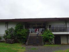 少し坂を上って「井戸尻考古館」へ。
