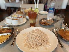 歩いて歩いて、前もって調べていたGrand Hotelという老舗ホテルのレストランまで。 ここで南インドと言えば!のフィッシュカレーをいただきました。 ホテルのレストランなんて緊張しましたが、味は繊細で絶品。 ケーララ州のお米は軽くってどれだけでも食べられそうでした。