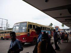 次の日。 オートリキシャで昨日のバスターミナルへ。 バスが全部マラヤーラム語でどのバスが乗るべきバスか分からず。バスターミナルの職員さんにどのバスか尋ねるとバスが来たら言ってやるからここで待っとけと。 やー、ちゃんと覚えててくれるのか?なんか忙しそうだし、忘れるんじゃない?しかも、バスは時間になっても来ないし。 結局、30分遅れでバスが到着して、職員さんは忘れることなく教えてくれて、無事に乗車できました。  (つづく)