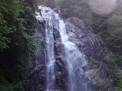 期待以上の滝です。  落差50m、幅10m。  那智の滝には遠く及ばないが、すぐそばまで近寄れるので、迫力は負けていない。  いや、それ以上か。  水の躍動ぶりは動画でご覧ください。   https://youtu.be/rYYB-Vo5Z7g
