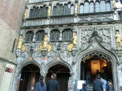 お腹が少し満たされたので、9時のオープンと同時に、ブルク広場にある聖血礼拝堂の中に入ります。 (入館料等はかかりませんでした) 礼拝堂っぽくない外観です。