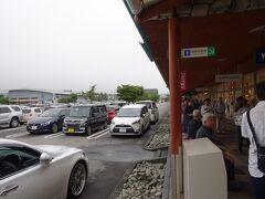 途中、上里SAで休憩をし、定刻より若干早く、軽井沢のショッピングプラザに到着。 アウトレットを散策します。 前週までの暑さはどこへやら、気温は16℃で寒いくらいでした。