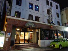 今回は上田駅すぐ近くのホテル角萬に泊まりました。 設備は古いですが、駅からの近さとコスパは最高です。 シングル1泊で税込3700円。 楽天トラベルのクーポンを使い、2700円。