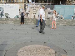 と、その前に!  ジローラモ・サヴォナローラが処刑された場所を示す銘板があるので見ておかなければ☆  サヴォナローラはロレンツォ・イル・マニーフィコ、偉大なるロレンツォと呼ばれたロレンツォ・デ・メディチ(フィレンツェのメディチ家支配を確立したコジモ・デ・メディチの孫)亡き後、一時はフィレンツェの政治的実権を握ったドメニコ会派の修道士。  贅沢を敵対視して質素な生活を人々にも強要、贅沢好きなローマ教皇アレクサンデル6世を批判して怒りを買い、とうとうこの場所で火あぶりにされたとか。  ちなみに奥にあるネットゥーノの噴水(ネプチューンの泉)は修復中でした。。。