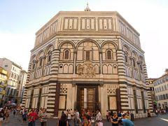 その正面扉の真正面にあるサン・ジョヴァンニ洗礼堂。  ここで洗礼を受けてから大聖堂に入る、という順序になっているそうです。  東扉両サイドの錆びた柱は斜塔で有名なピサから贈られたもの。  ピサがルッカという街から攻められた際、同じくルッカと敵対関係にあったフィレンツェに助けを求めて勝利し、戦利品として得たエジプト原産の斑岩(高貴な人の棺などに使われていた貴重な石)の柱をフィレンツェに贈ります。  ところが元々ピサとフィレンツェは仲が悪かったので、あえて錆びさせ価値を下げたそうです(笑)。