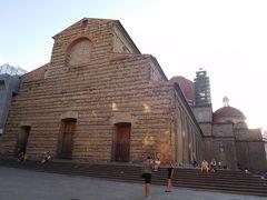 次の目的地へ向かう途中、前を通ったメディチ家ゆかりのサン・ロレンツォ教会。  ファサードはミケランジェロによる設計案があったようですが、結局は未完成のまま。  反して、中はかなりスゴイみたいです。
