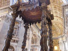 天蓋つながりでベルニーニ作のブロンズ製『バルダッキーノ』へ。  バルダッキーノはバグダッドのことで、バグダッドからもたらされた布で天蓋を作っていたことからこう呼ぶそうです。  濃い色の柱がひときわ目を引きます。  この下に聖ペテロの墓所があります。