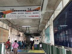 電車が香港駅発着なので、再び対岸へ移動します。地下鉄で行こうと思ったのですが、どうせならフェリー使おうということできました。結果として、このフェリーの方が圧倒的に安く、時間も8分ほど、香港駅へは遊歩道で直通できるという点で優れていました。お勧めです。また船からの景色も抜群です!