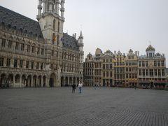 おはようございます。 ブリュッセルの朝です。  目覚めて・・朝のグランプラスへお散歩。 お~~昨日と全く違う静かな広場。  市庁舎方向。