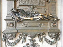 セルクラースの像。  触れると幸運が訪れるという右手は みんなに触られてつやつやです。
